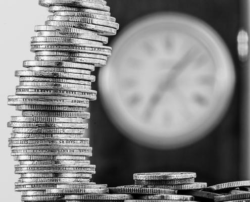 Pieniądze i zegar. Limit uprawniający do zwolnienia z VAT